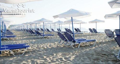 All Inclusive лято в Обзор с чадър и шезлонг на плажа